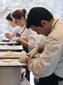 Varios cocineros trabajan en el restaurante de Ferran Adrià, El Bulli, días antes de su cierre