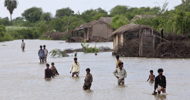 Varios paquistaníes abandonan sus casas en la provincia de Sindh, al sur del país