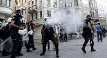 Varios policías antidisturbios disparan gas lacrimógeno durante una manifestación antigubernamental, cerca de la plaza Taksim de Estambul (Turquía)