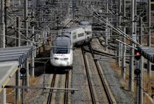 Varios trenes en andenes de la Estación de Santa Justa, en Sevilla.