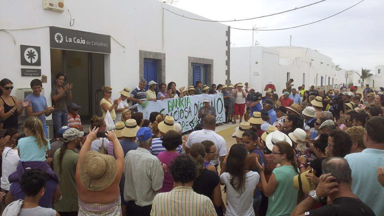 Los vecinos de La Graciosa se concentran para que no cierren la única sucursal bancaria de la isla