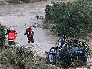 Ver vídeo  'Los vecinos de Onda despiden a la familia que murió arrastrada por el agua'