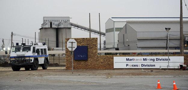 Vehículo policial junto a la mina Marikana, en Sudáfrica, el 27 de agosto