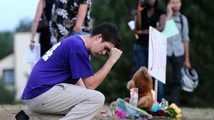 Ver vídeo  'Velas, flores y mensajes recuerdan a las víctimas del tiroteo en Denver'