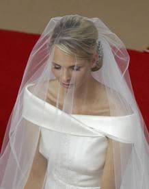 El velo permite ver con claridad el favorecedor vestido de escote tipo barco que Charlene ha elegido