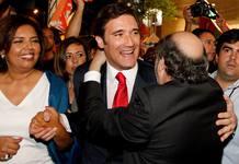 El vencedor de las elecciones en Portugal, Pedro Passos Coelho, junto a su esposa, Laura Ferreira