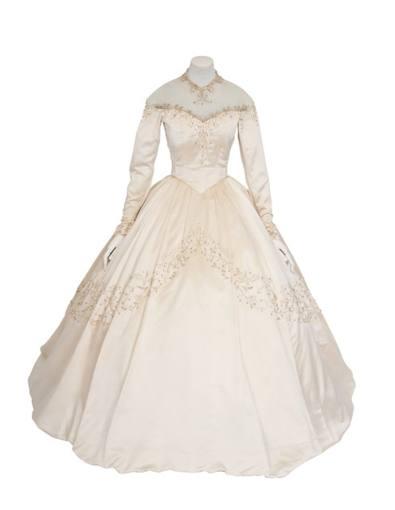 """El vestido de novia con el que la actriz británica Elizabeth Taylor dio en 1950 el """"sí quiero"""" a su primer marido, Conrad """"Nicky"""" Hilton."""