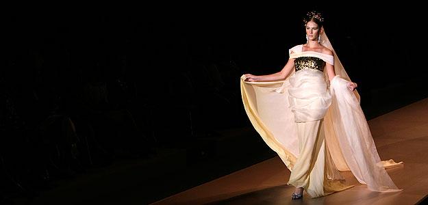 Vestido de novia de la colección de Francis Montesinos en un desfile de la Cibeles Madrid Fashion Week.