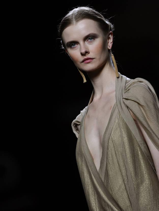 Los vestidos multicapa con tejidos de distinto cuerpo y raza que confieren un resultado sorprendente, solo visible en las distancias cortas