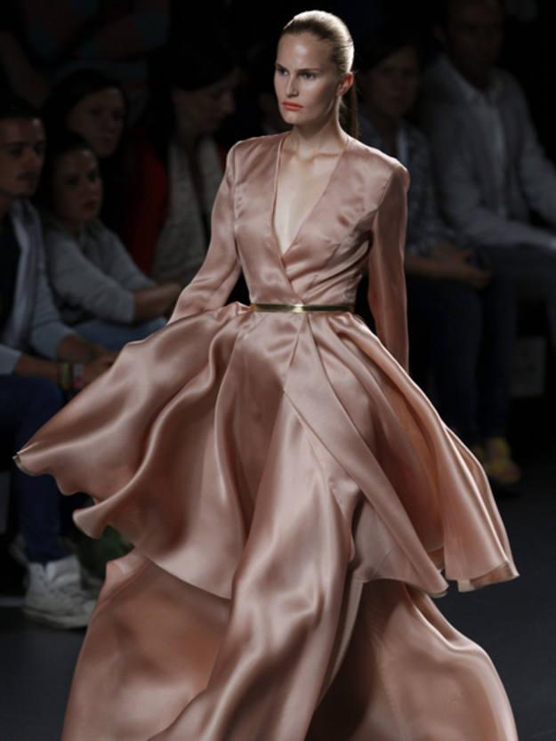 """La veterana modelo ucraniana Alla Kostromichova lució uno de los modelos de la colección """"Velada"""", de Juan Duyos"""