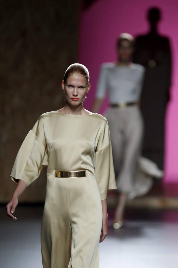 A la vez prendas que el diseñador adora: monos, vestidos trapecio y conjuntos de dos piezas holgados y un tanto soft