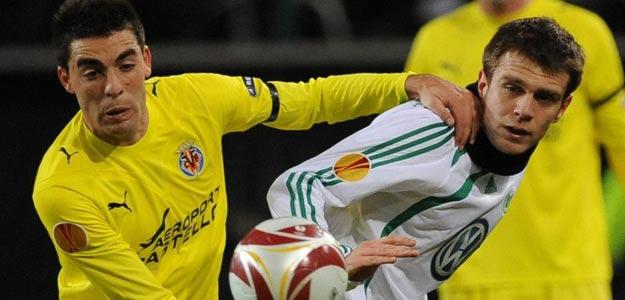 Zvjezdan Misimovic (d) disputa un balón con Gonzalo Rodríguez (i) del Villareal
