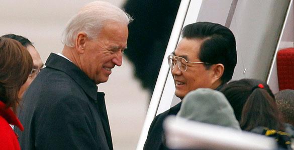 El vicepresidente de EE.UU. , Joe Biden, recibe al presidente chino, Hu jintao a su llegada a Washington