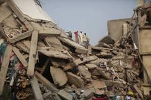 Las víctimas del derrumbe de un edificio en Bangladesh podrían acercarse a las 300