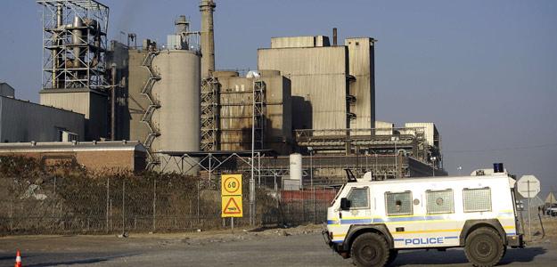Vigilancia policial frente a la mina Marikana, en Sudáfrica, el 21 de agosto