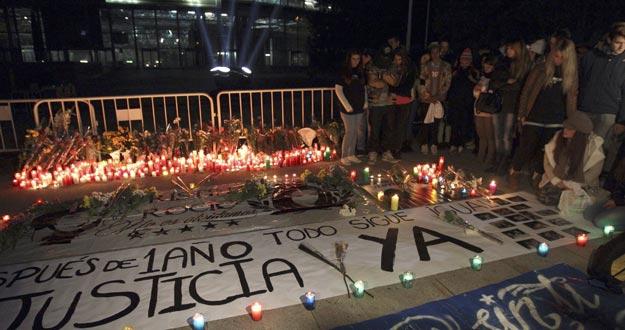 Familiares, amigos y conocidos se han concentrado en memoria de las cinco jóvenes muertas en elMadrid Arena con motivo del primer aniversario de la tragedia