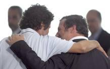 El cooperante Albert Vilalta (i) abraza al alcalde de Barcelona, Jordi Hereu, a su llegada al aeropuerto de El Prat.