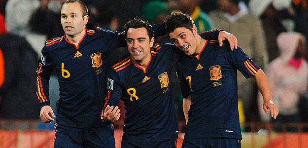 David Villa. felicitado por sus compañeros Andrés Iniesta y Xavi Hernández.
