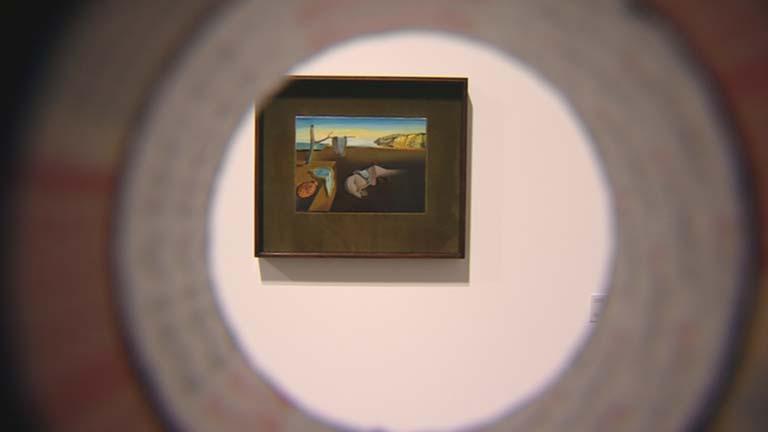 Personas ciegas o con visibilidad reducida pueden disfrutar de la exposición de Dalí