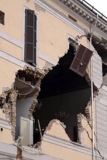 EL TERREMOTO EN ITALIA MATA A AL MENOS 6 PERSONAS Y HIERE A OTRAS 50