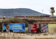Vista de dos carteles de campaña electoral en las inmediaciones del aeropuerto de Pamplona