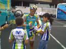 Ciclista firmando para los niños