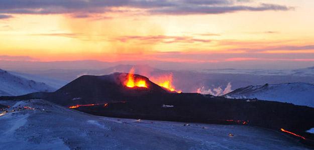El volcán islandés que se ha convertido en destino turítico, en erupción.