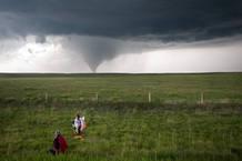 Los expertos estudian los tornados desde una distancia segura