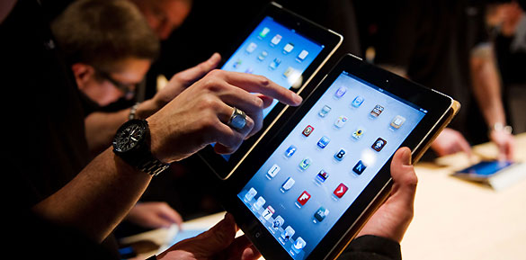 Periodistas prueban el nuevo iPad durante su presentación