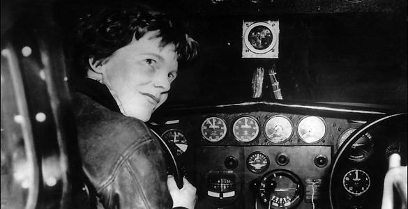 Amelia Earhart a los mandos de uno de los aviones que pilotó durante su vida