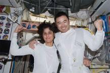 Williams y Hoside celebran el éxito del paseo espacial