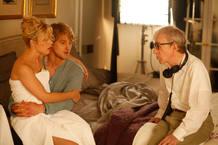 Woody Allen da indicaciones a Owen Wilson y Rachel McAdams en un momento del rodaje de 'Midnght in Paris'.