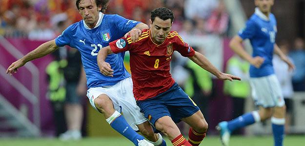 Xavi Hernández junto al italiano Andrea Pirlo, en un momento del España-Italia de primera fase de la Eurocopa.