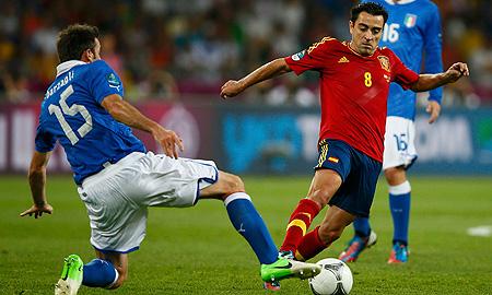 Xavi Hernández supera al italiano Barzagli en la final de la Eurocopa 2012