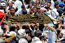 Yemeníes llevan el féretro de un manifestante muerto en una protesta contra Saleh