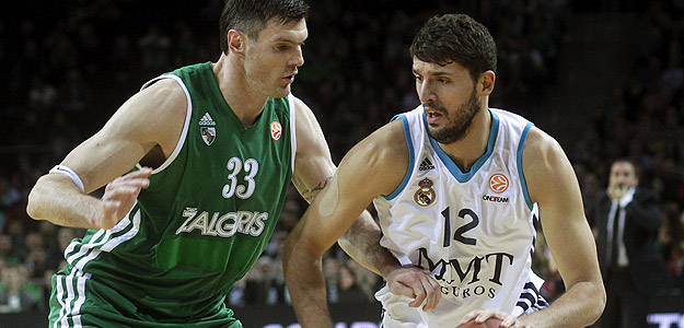 Lavrinovic trata de frenar a Mirotic.