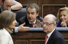 Zapatero charla con miembros del Partido Popular durante el Pleno