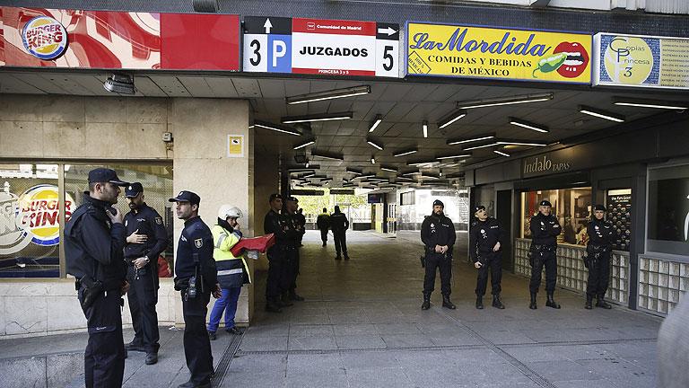 Seis dotaciones de bomberos acuden para apagar el incendio for Plaza los cubos madrid