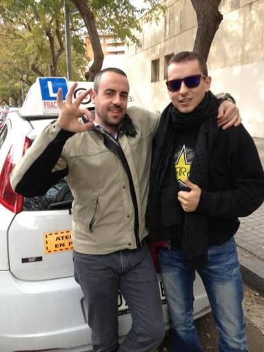 Foto de Jorge Lorenzo junto a su profesor de autoescuela