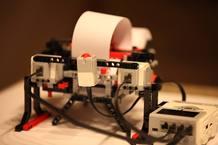 La impresora es un kit de Lego Mindstorms con algunas piezas diferenciales y software adaptado para imprimir en Braille.