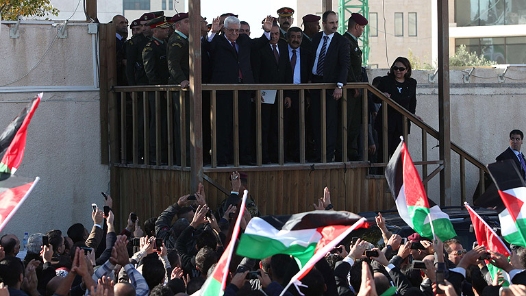 Miles de palestinos reciben a Mahmud Abás a su llegada a Ramala