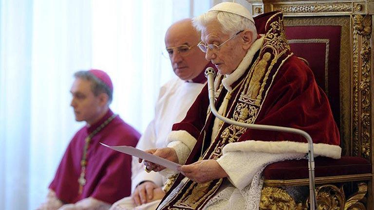 El Papa Benedicto XVI hace pública su intención de renunciar