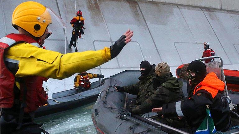 Rusia retiene un barco de Greenpeace que protestaba contra una plataforma petrolífera en el Ártico
